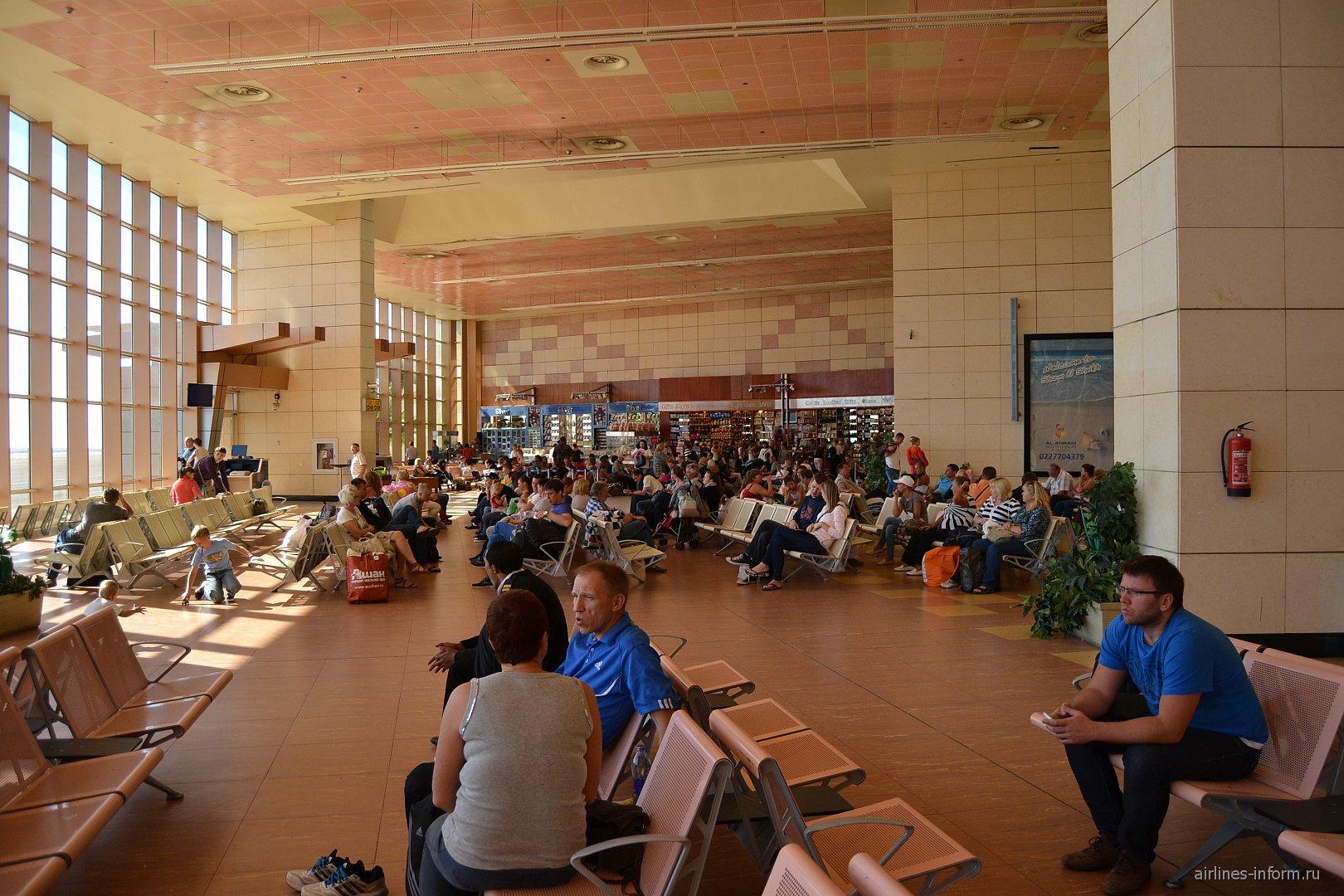 Зал ожидания в чистой зоне терминала 1 аэропорта Шарм-Эль-Шейх