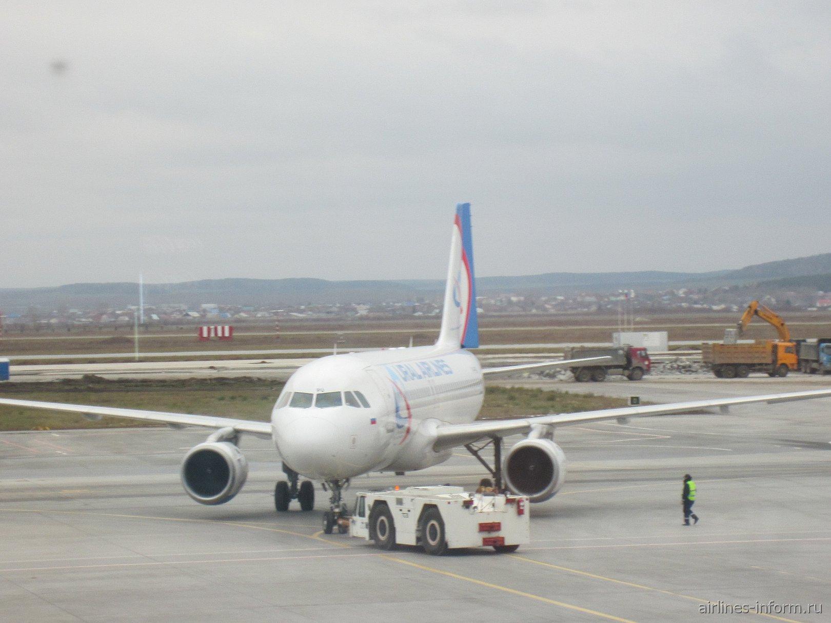 Самолет Airbus A320 Уральских авиалиний в аэропорту Кольцово