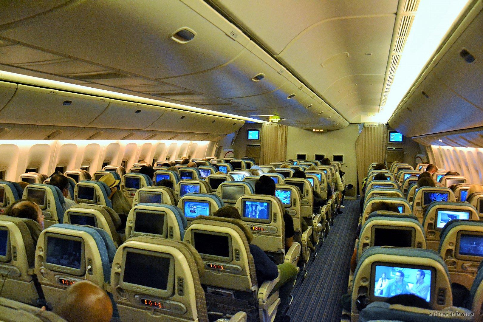 Салон эконом-класса в Боинге-777-300 Сингапурских авиалиний