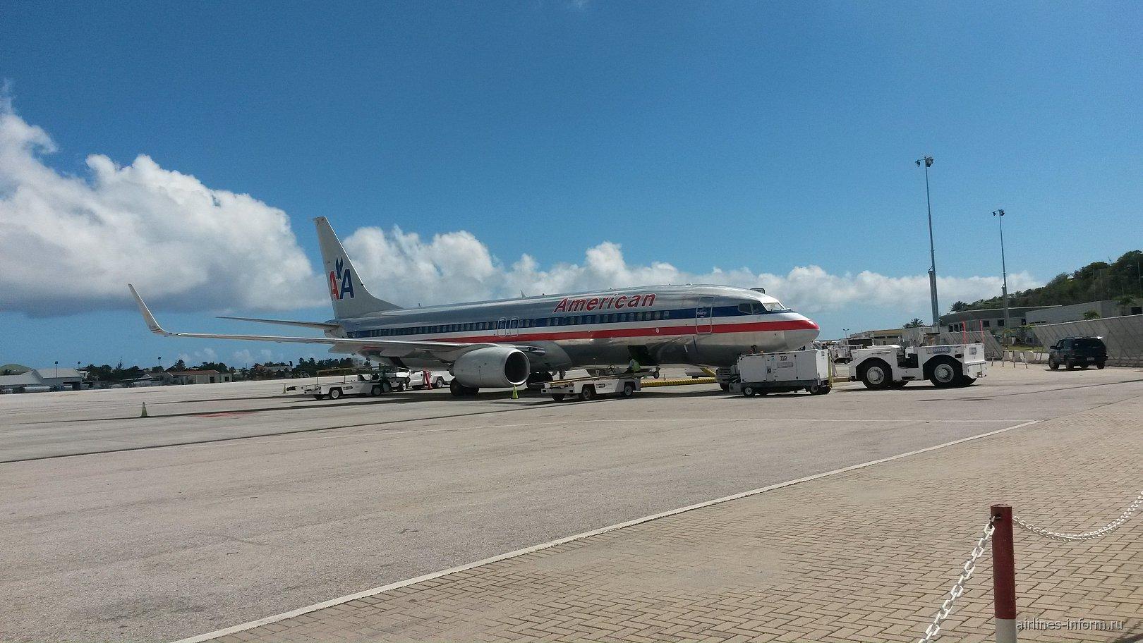 Боинг-737-800 Американских авиалиний в аэропорту Сен-Мартен