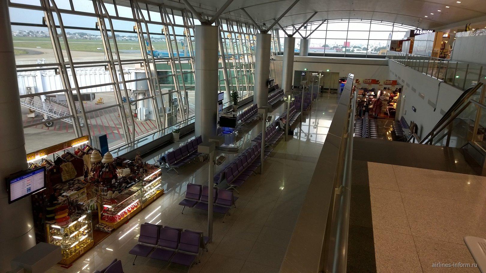 Зал ожидания перед выходами на посадку в аэропорту Хошимин Тан Сон Нхат