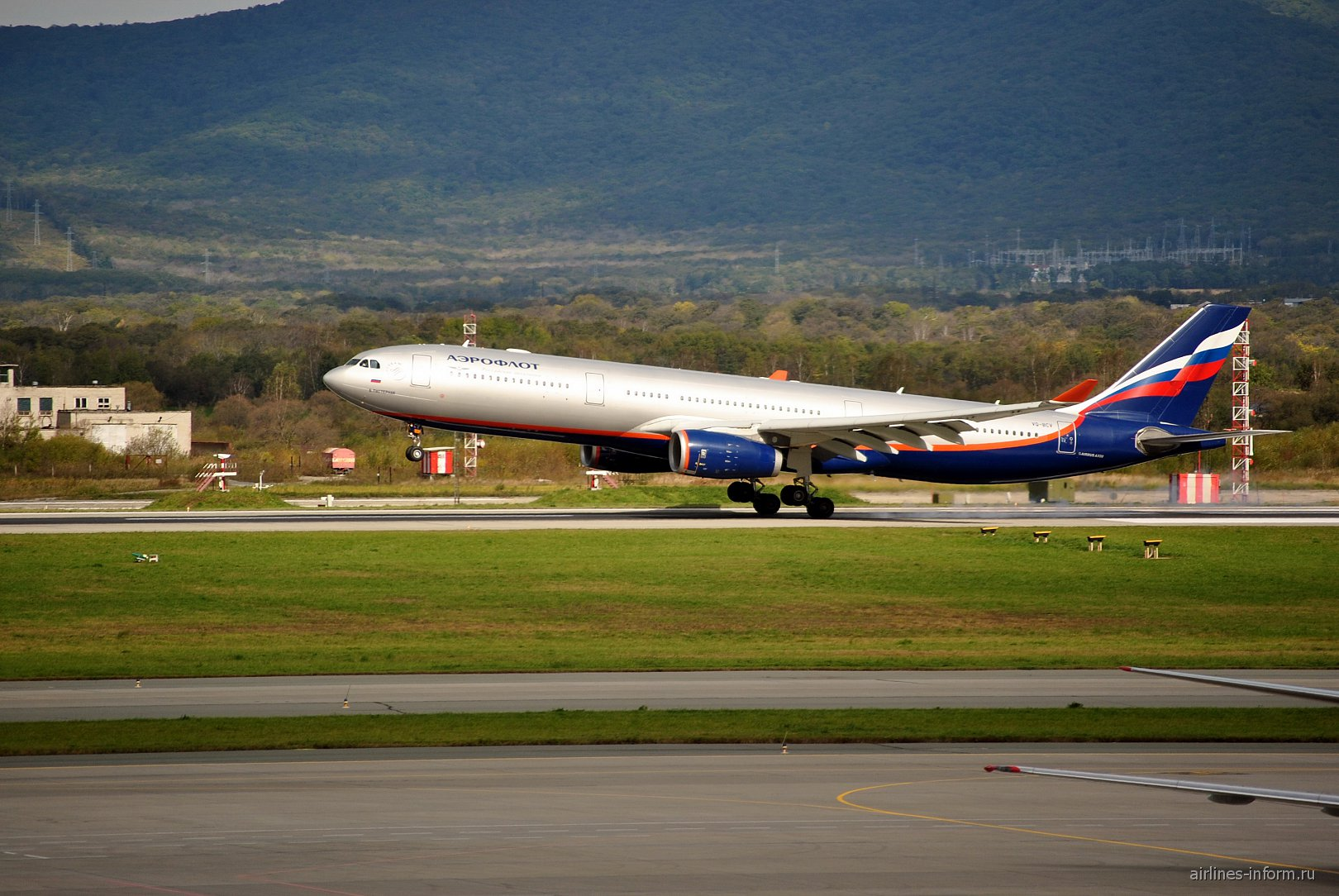 Airbus A330-300 Аэрофлота совершает посадку в аэропорту Владивостока