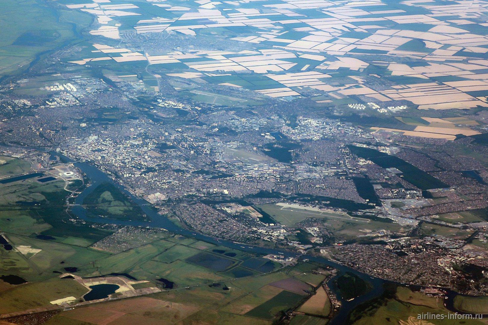 Вид из иллюминатора пролетающего самолета на город Ростов-на-Дону