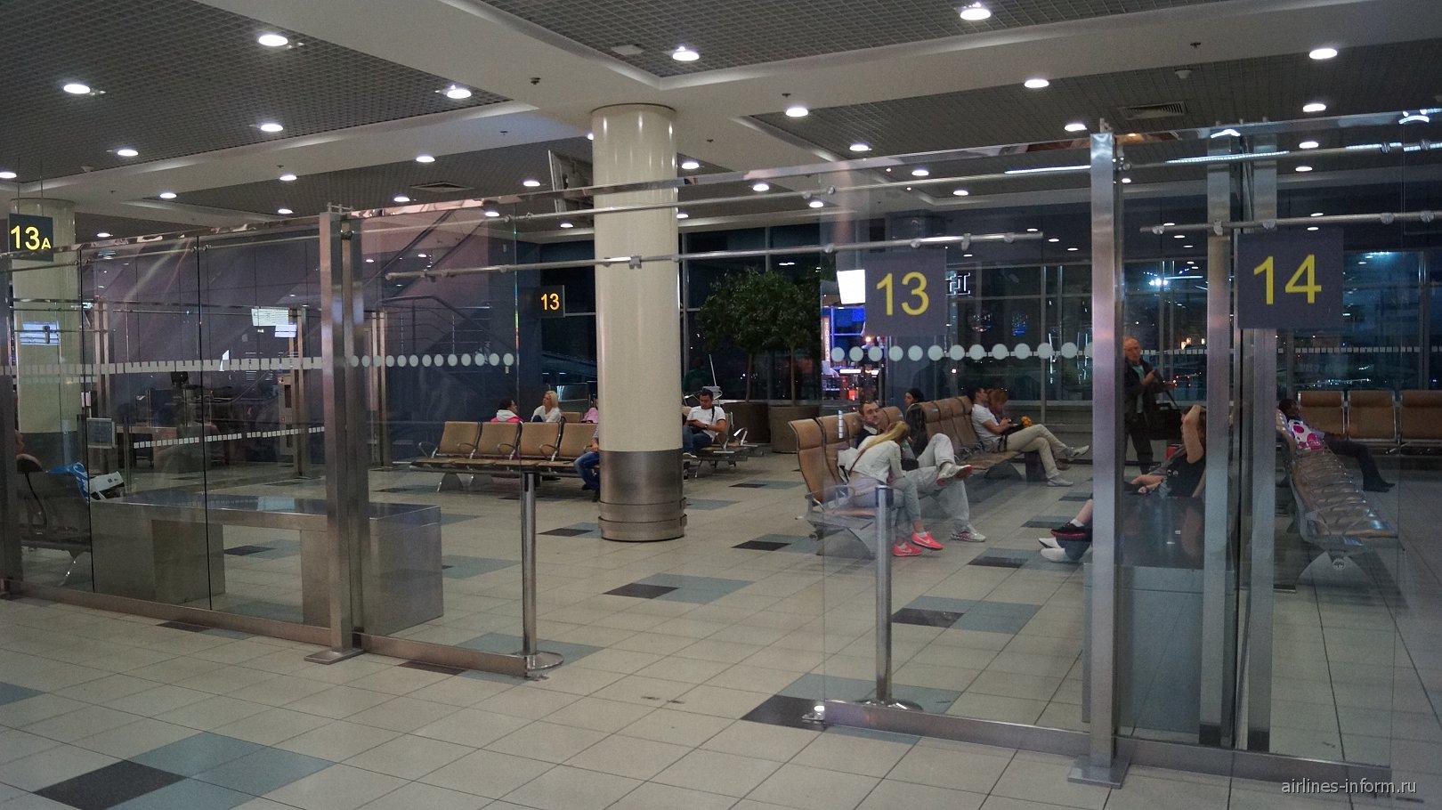 Зал ожидания перед выходом на посадку в чистой зоне международных вылетов аэропорта Домодедово