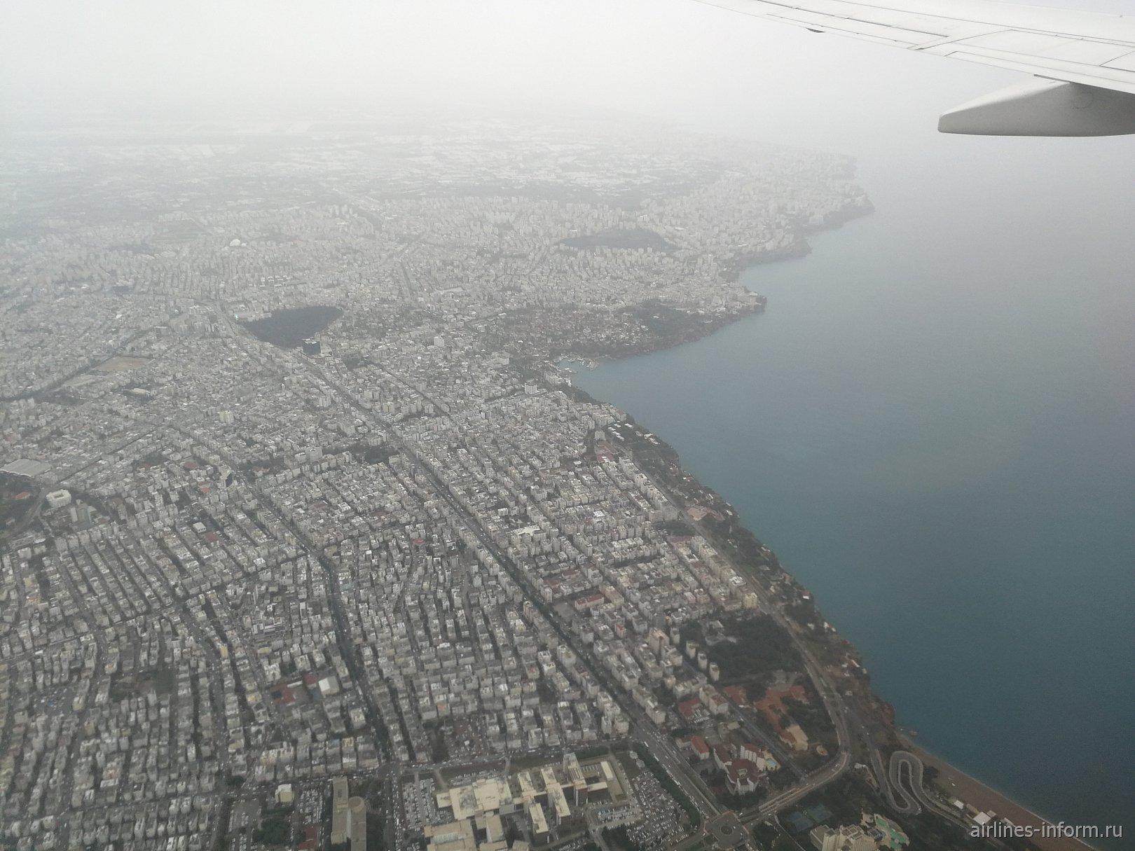 Вид на город Анталья перед посадкой в аэропорту