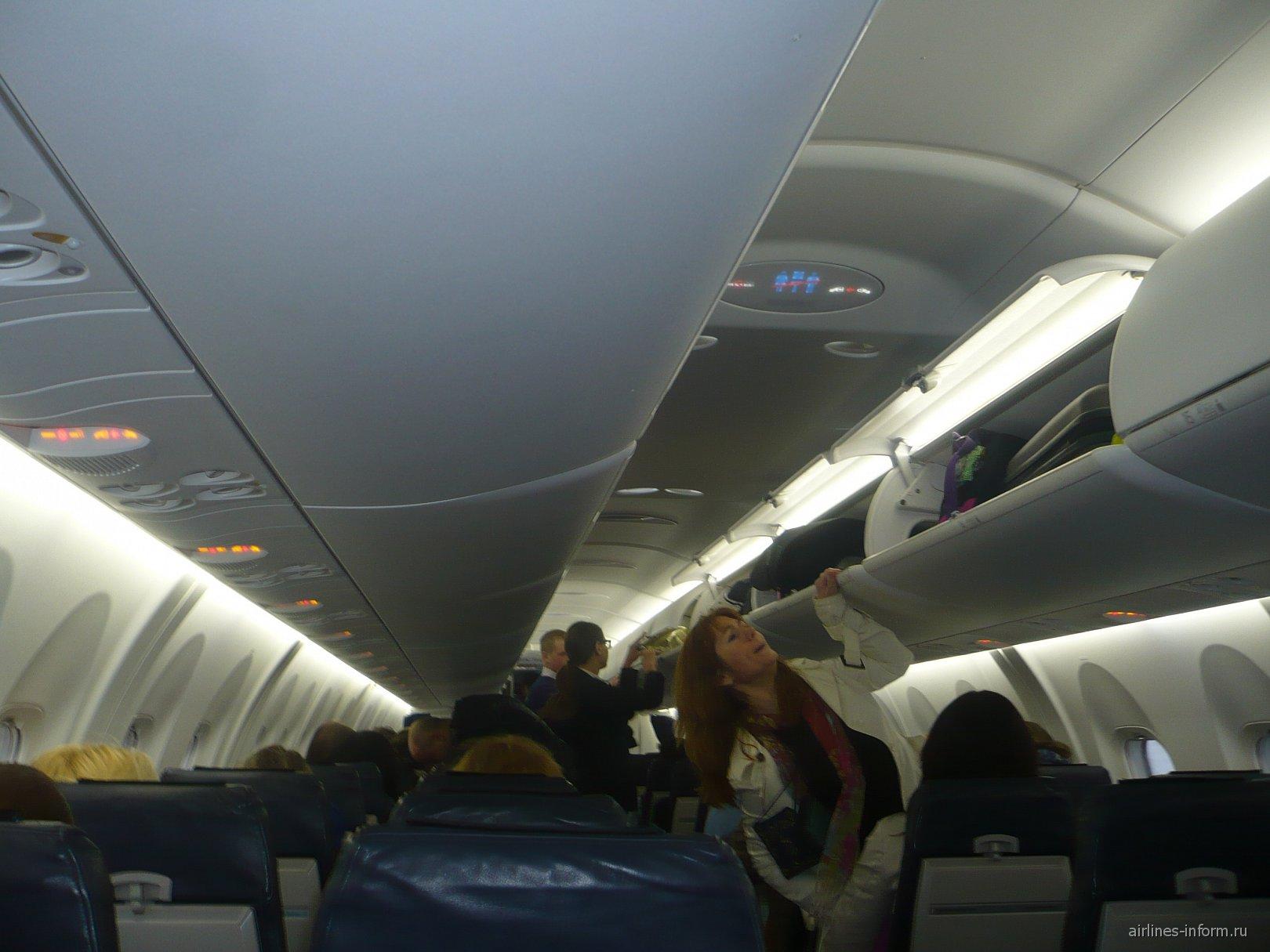 Салон самолета Bombardier Dash 8Q-400 авиакомпании AirBaltic