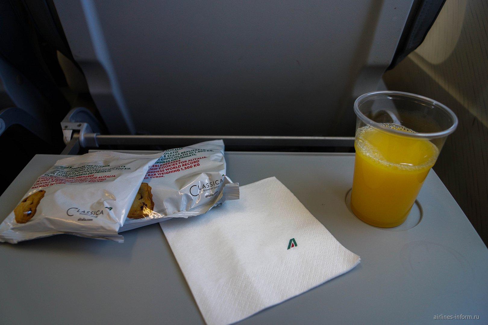 Печенье с соком на рейсе Бриндизи-Рим авиакомпании Alitalia