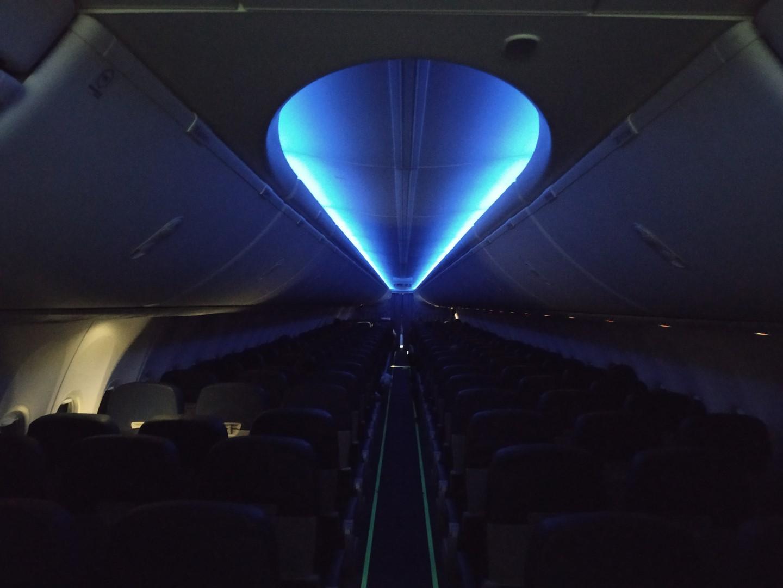 Ночное освещение салона в Боинге-737-800 авиакомпании Ukraine International Airlines