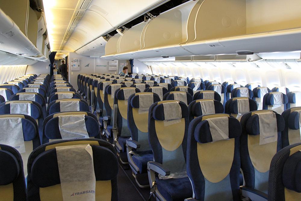 Салон туристического класса самолета Боинг-777-300 авиакомпании Трансаэро