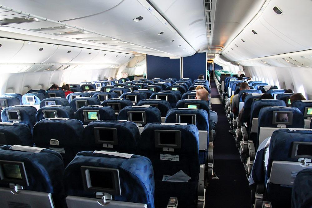 Салон туристического класса самолета Боинг-777-200 авиакомпании Трансаэро