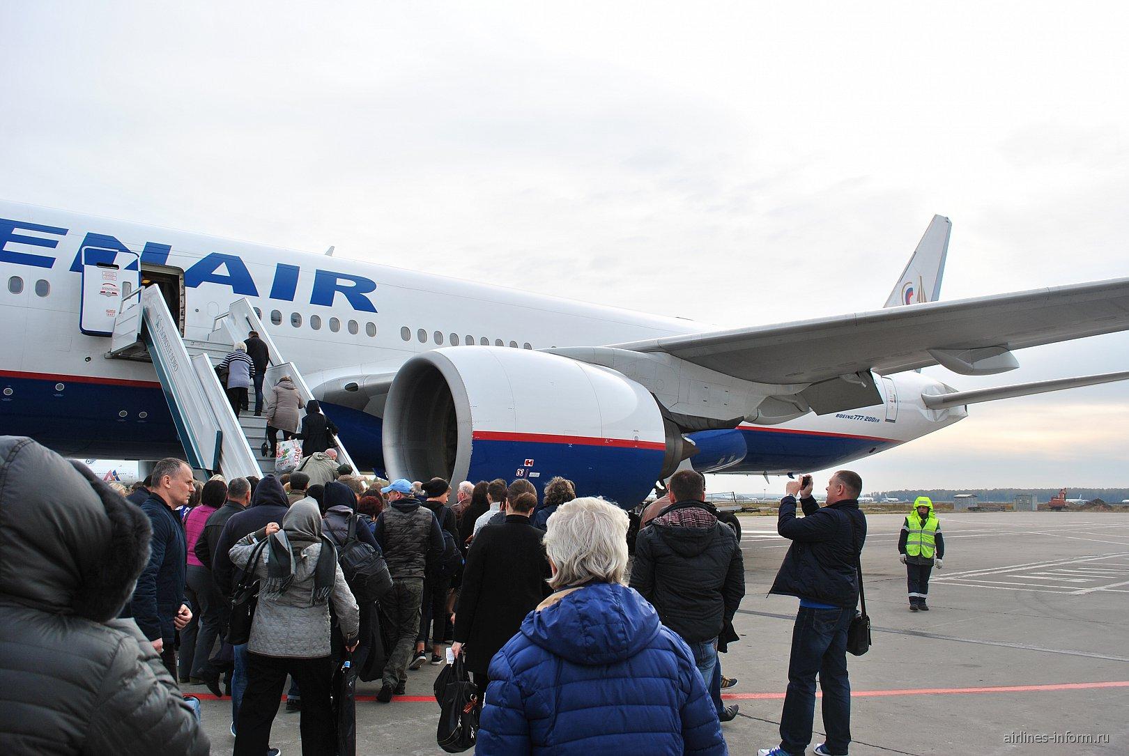 Посадка в самолет Боинг-777-200 Оренбургских авиалиний