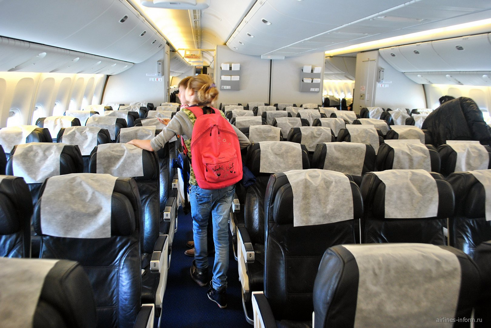 Салон самолета Боинг-777-200 Оренбургских авиалиний