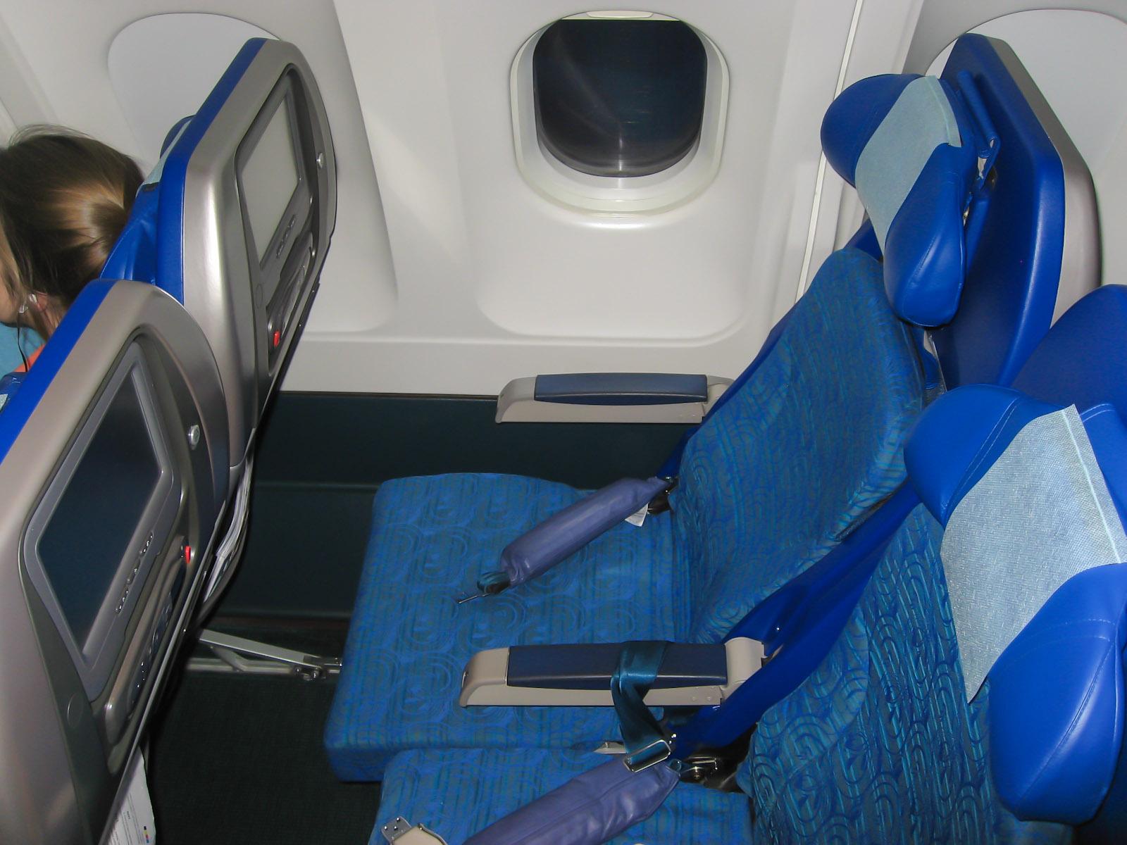 Пассажирские кресла экономического класса в самолете Airbus A340-300 авиакомпании Cathay Pacific