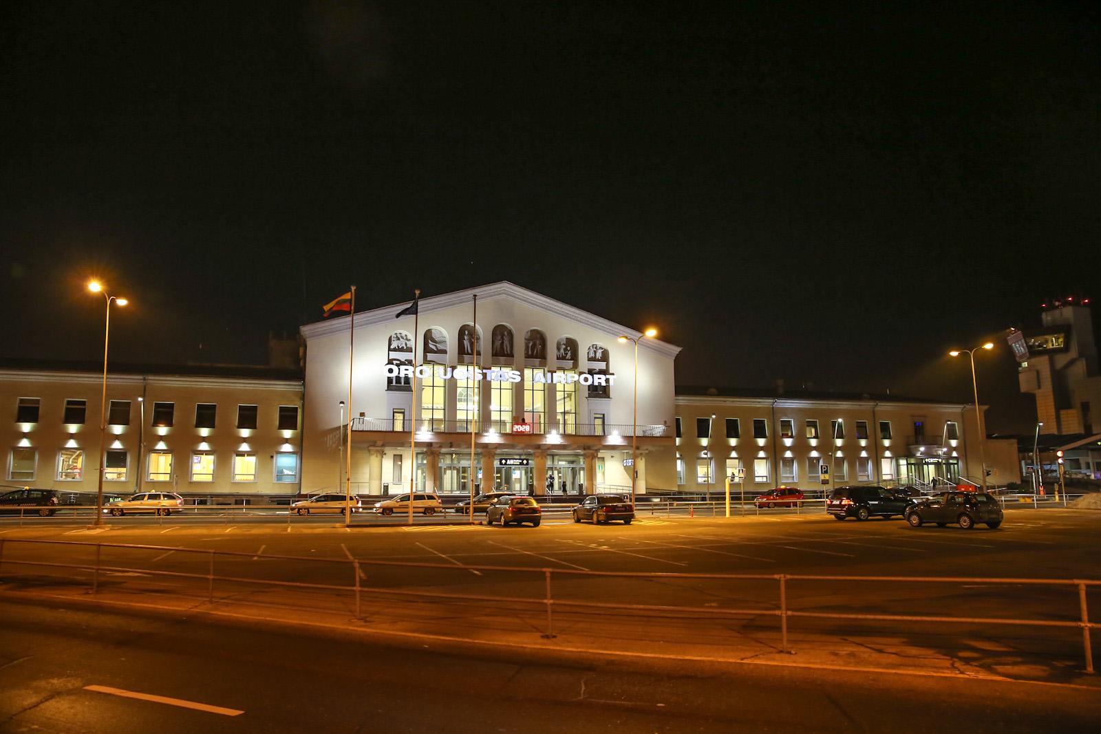 Аэровокзал аэропорта Вильнюс со стороны привокзальной площади