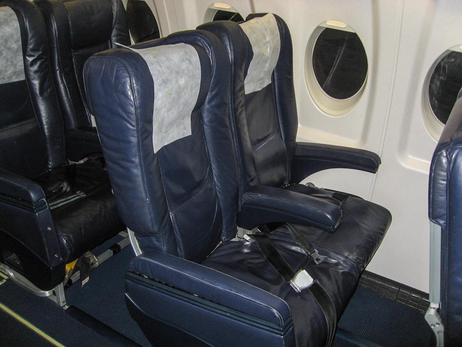 Пассажирские кресла в самолете Fokker 100 авиакомпании PGA