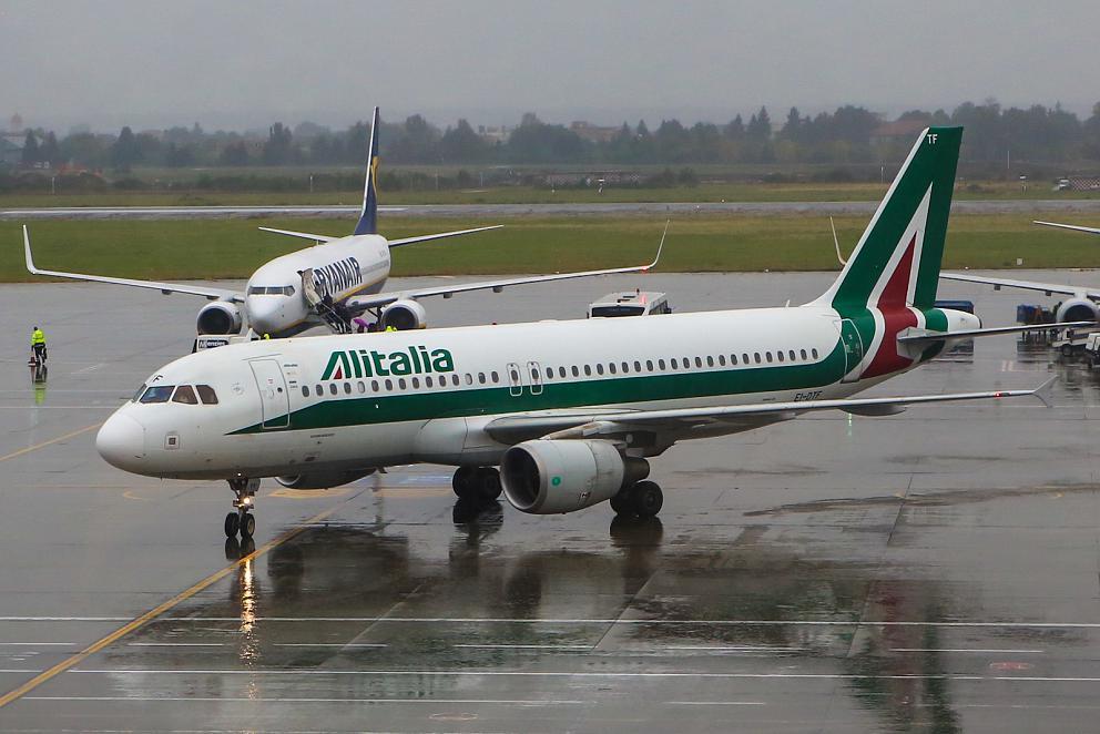 Airbus A320 авиакомпании Alitalia в аэропорту Бухареста