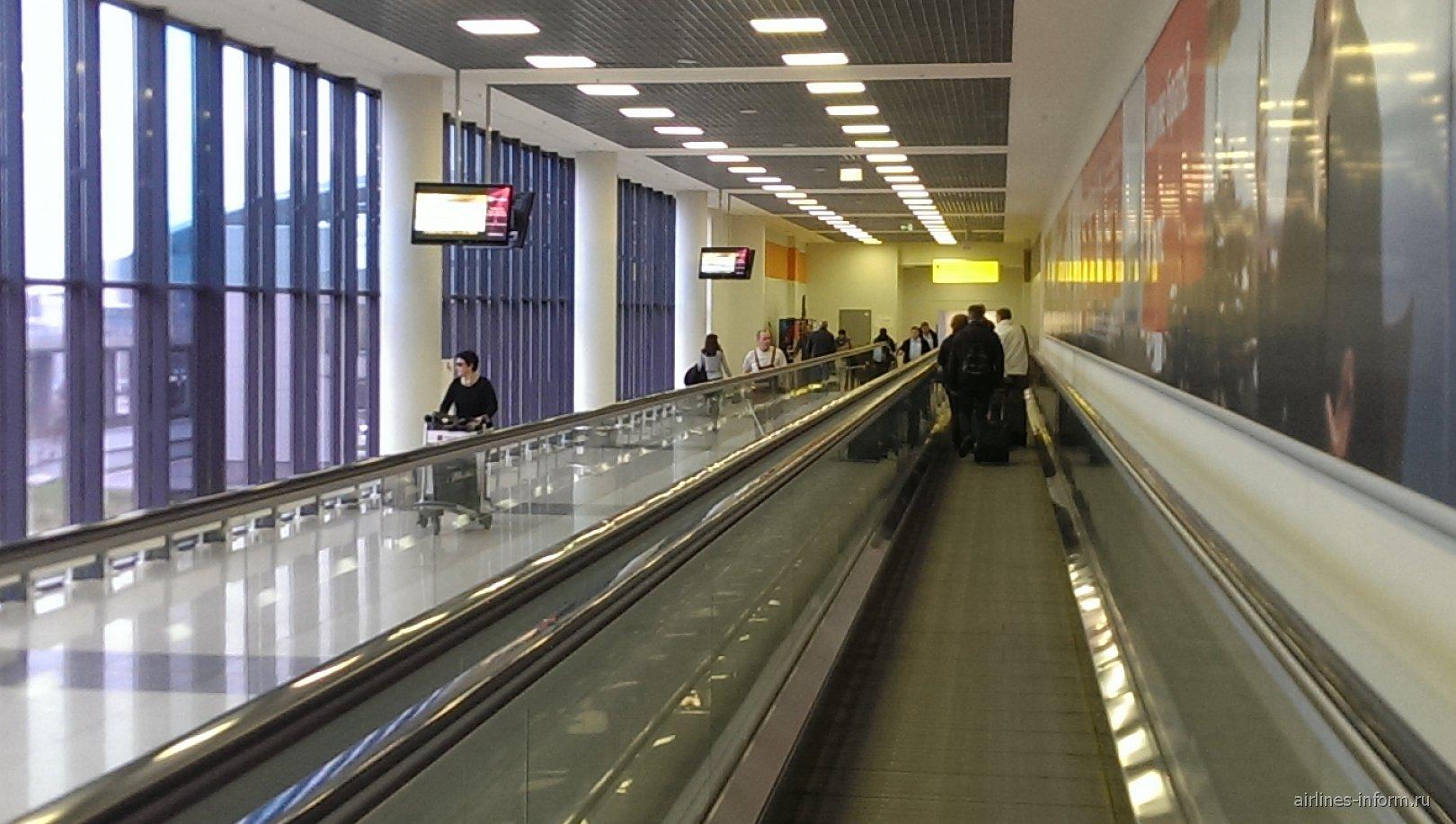 Переход между терминалами F и D аэропорта Шереметьево
