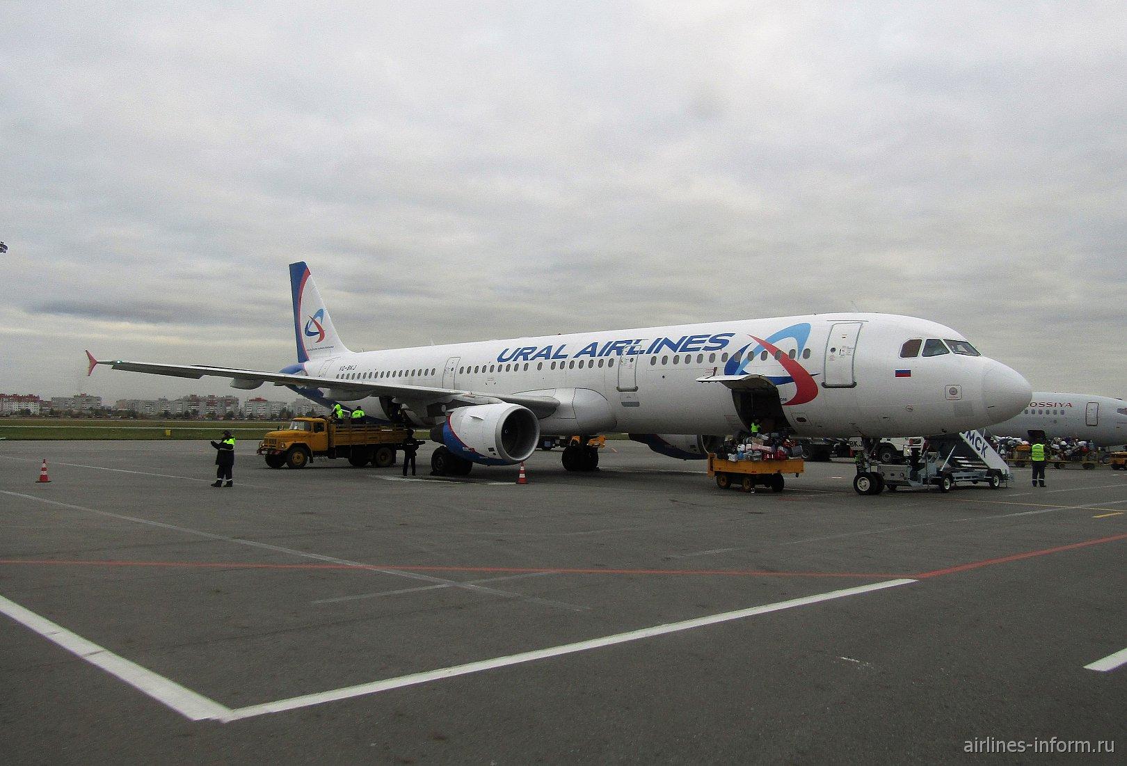 Airbus A321 VQ-BKJ Уральских авиалиний в аэропорту Домодедово