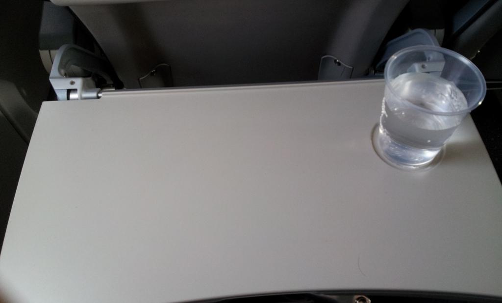 Вода на рейсе Гвадалахара-Мехико авиакомпании Volaris