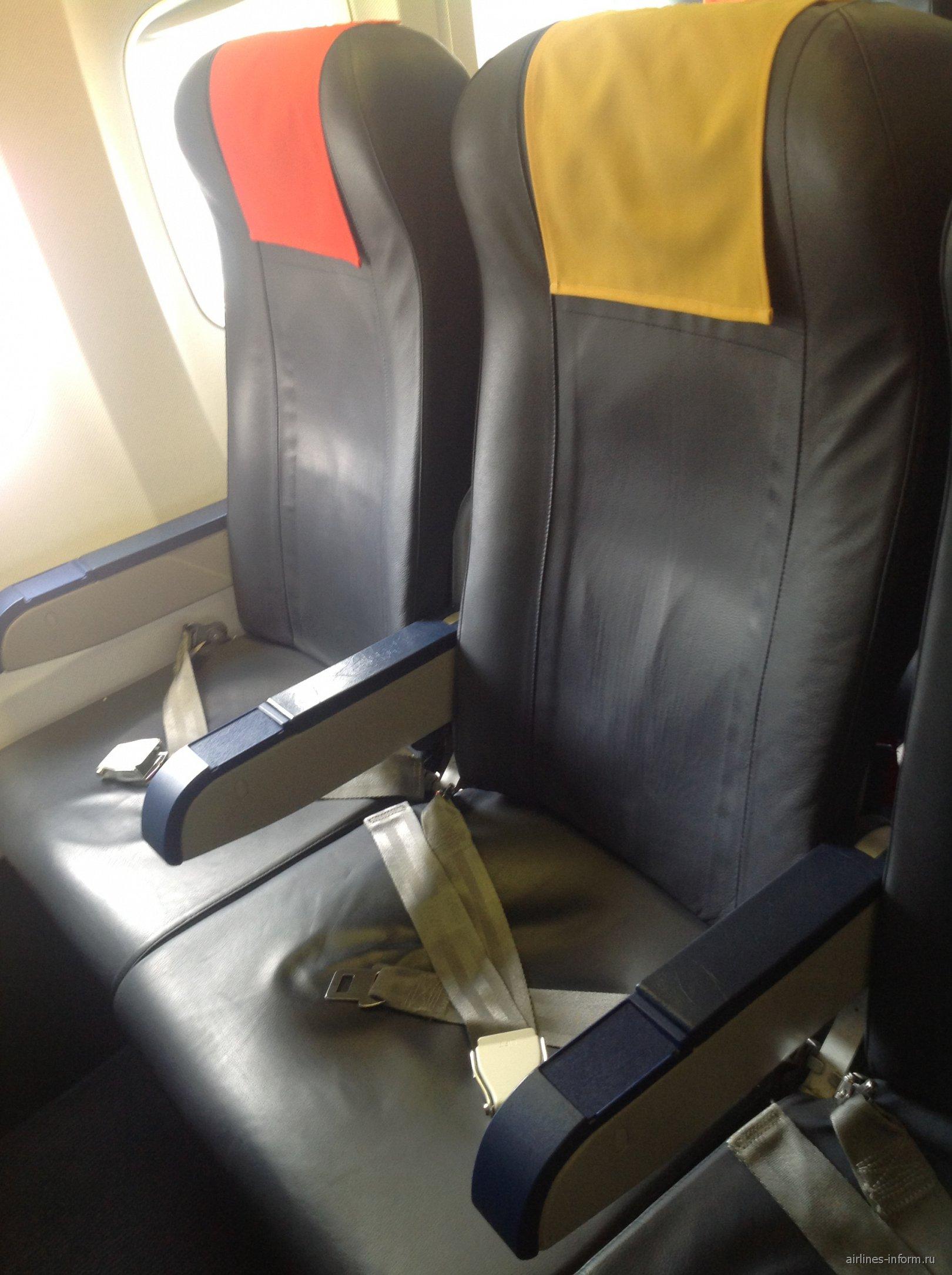 Пассажирские кресла в самолете Боинг-737-700 Грузинских авиалиний