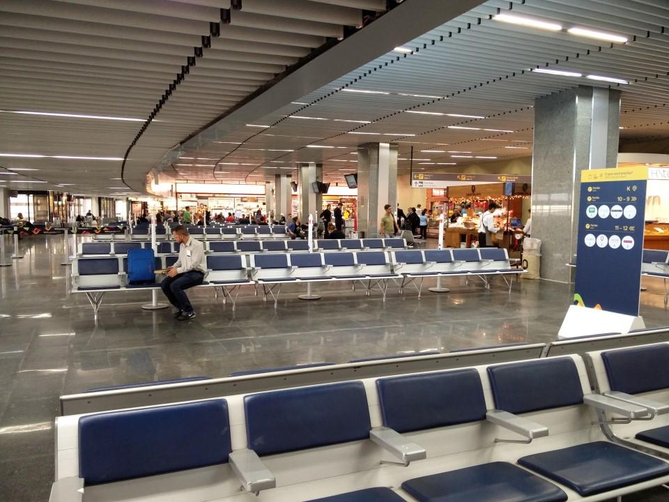 Зал ожидания в чистой зоне терминала 2 аэропорта Рио-де-Жанейро Галеан
