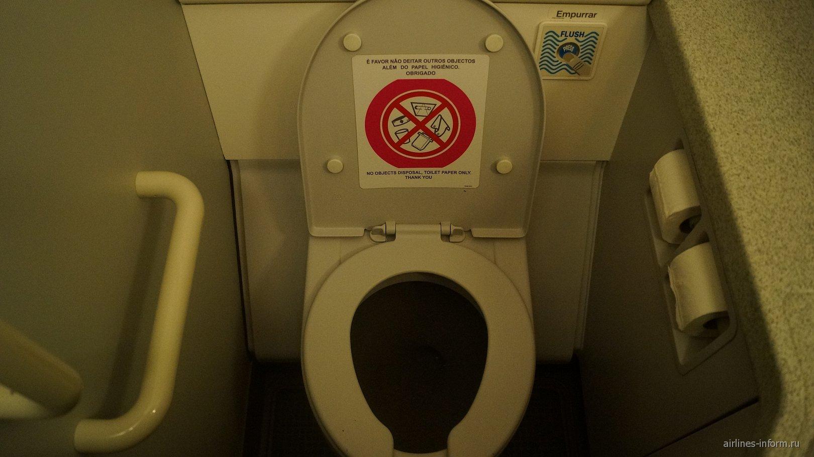 Туалет самолета Airbus A319 авиакомпании TAP Portugal