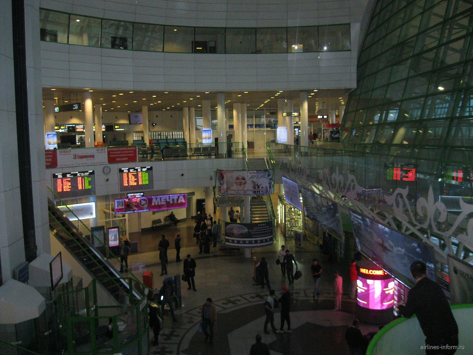 Центральный холл аэровокзала в аэропорту Астаны