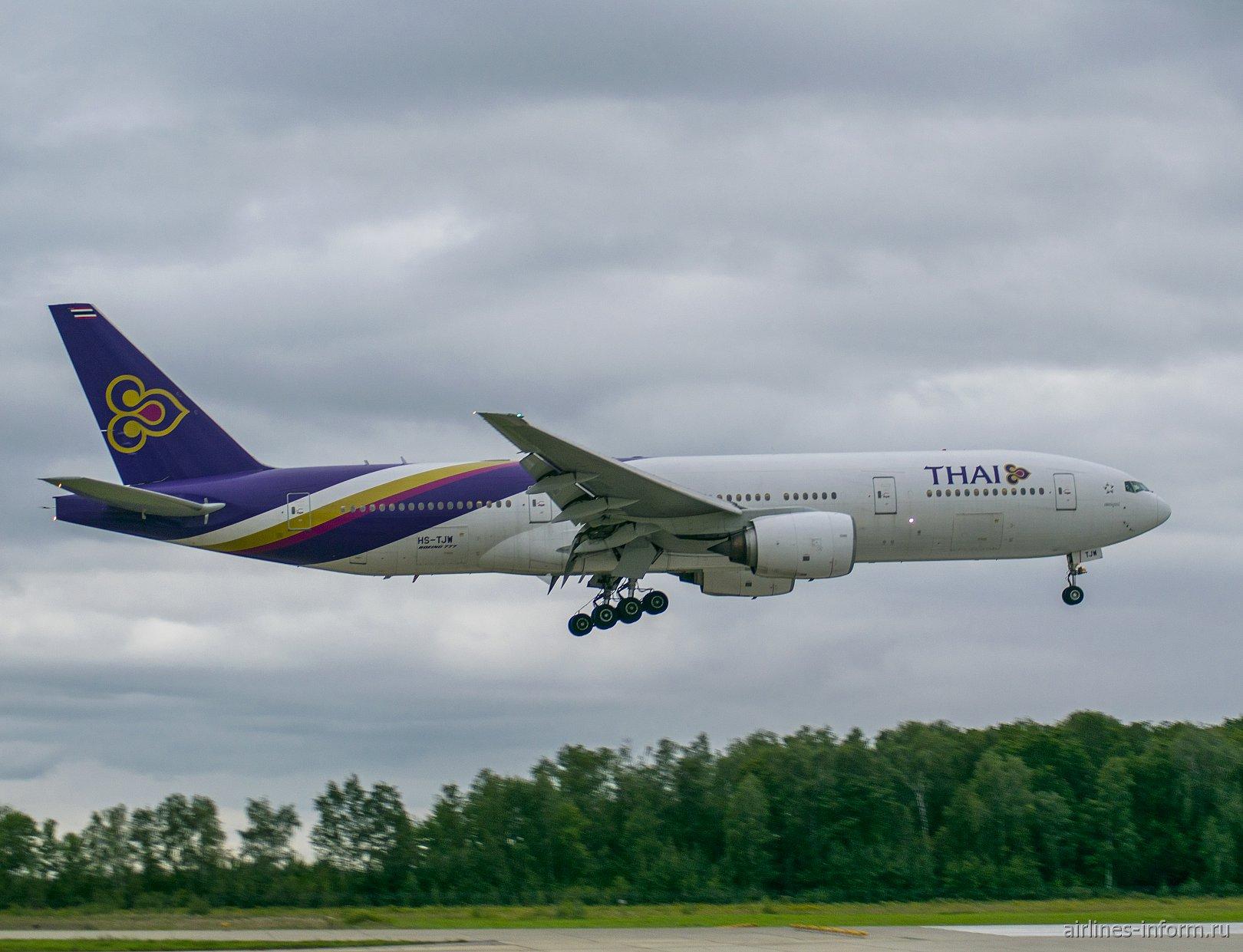 Боинг-777-200 Тайских авиалиний садится в аэропорту Домодедово