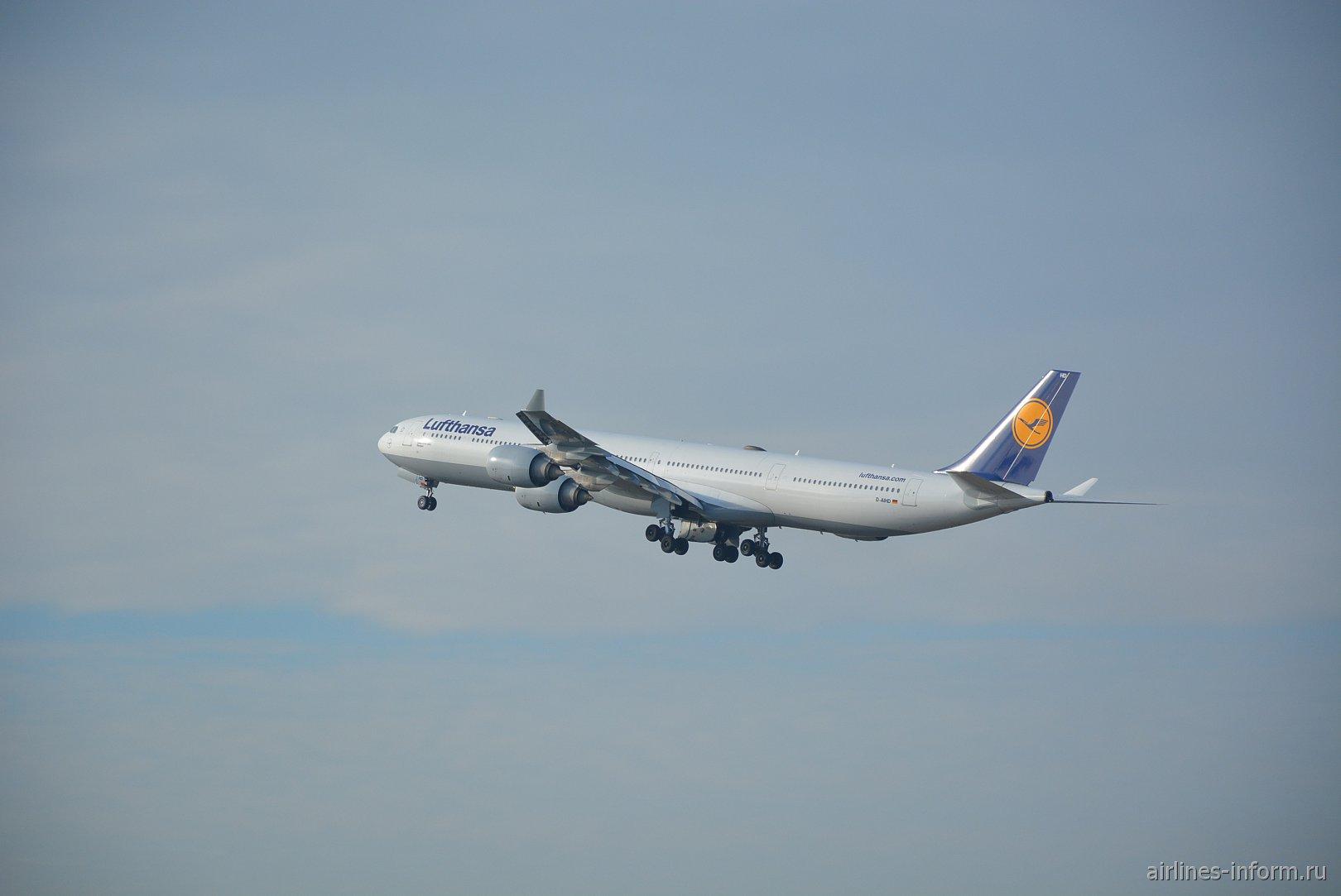 "Взлет самолета Airbus A340-600 авиакомпании ""Люфтганза"""