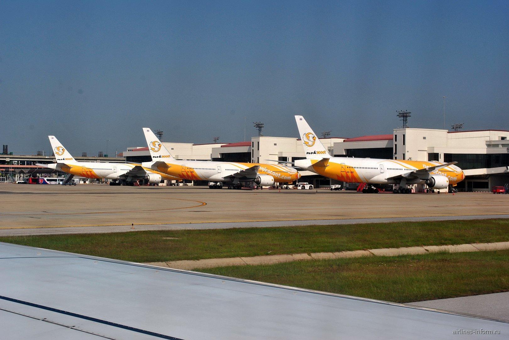 Самолеты Боинг-777-200 авиакомпании NokScoot в аэропорту Бангкок Дон Муанг