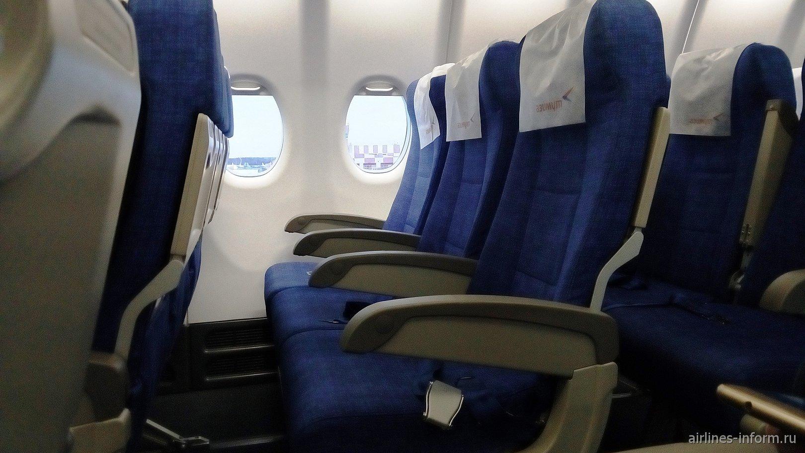 """Пассажирские кресла в самолете Суперджет-100 авиакомпании """"Азимут"""""""