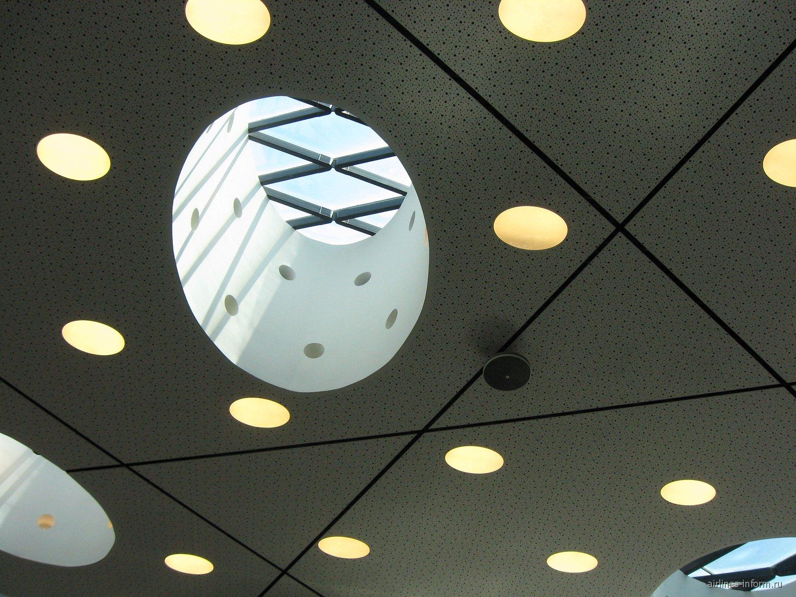 Потолок в центральной части терминала 1 аэропорта Лиссабон Портела
