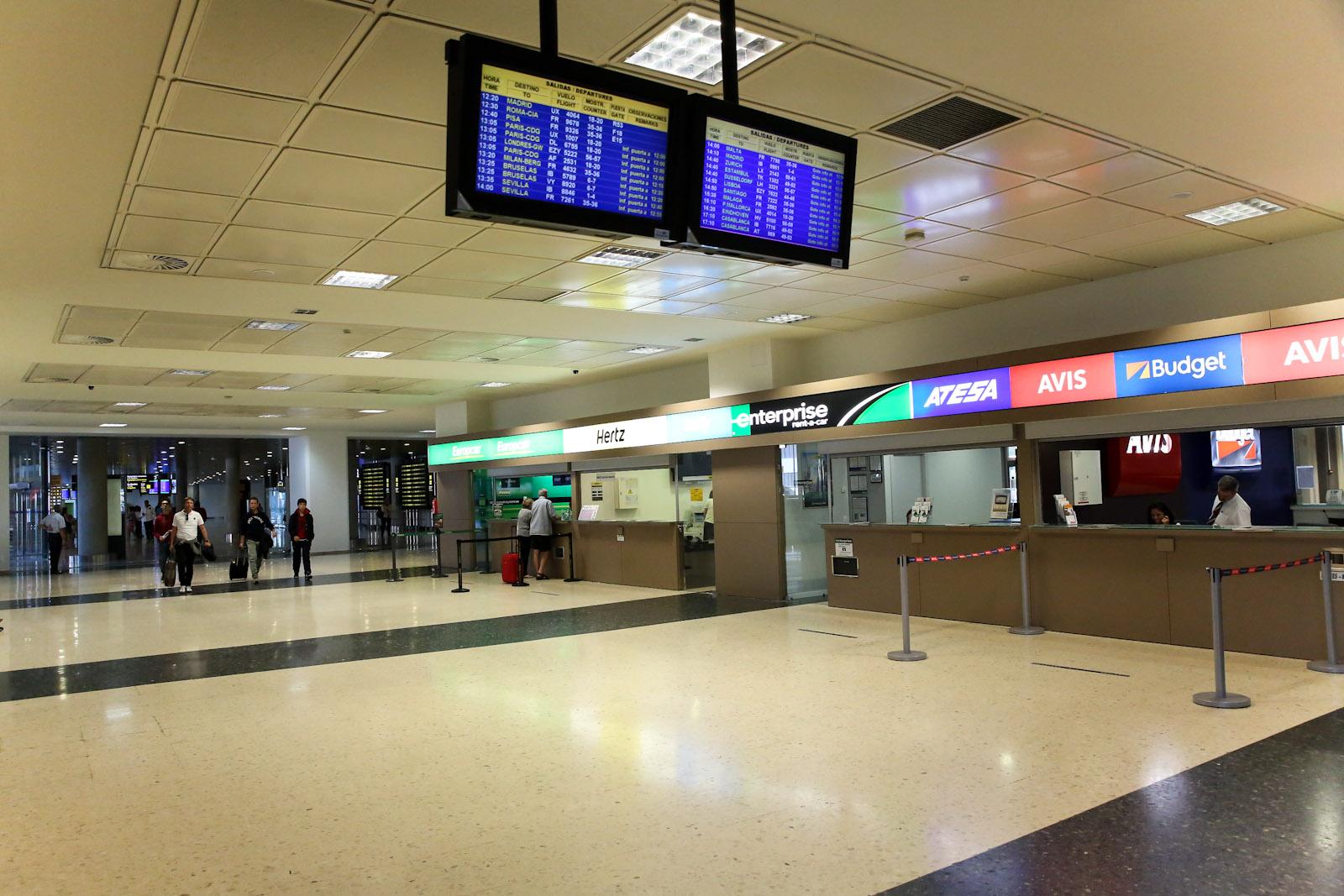 Стойки компаний автопроката в зале прилета аэропорта Валенсия