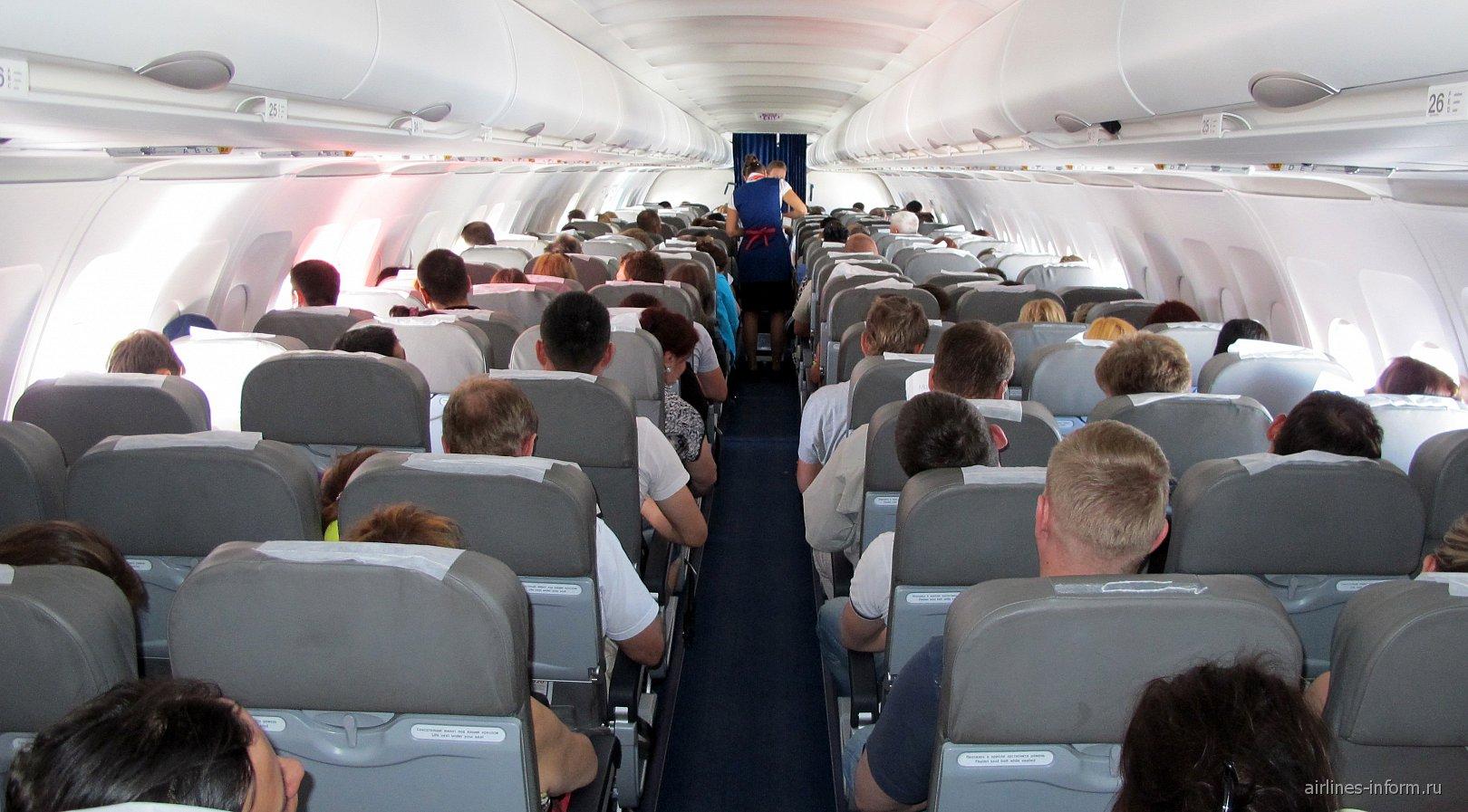 Салона экономического класса в самолете Airbus A320 Уральских авиалиний