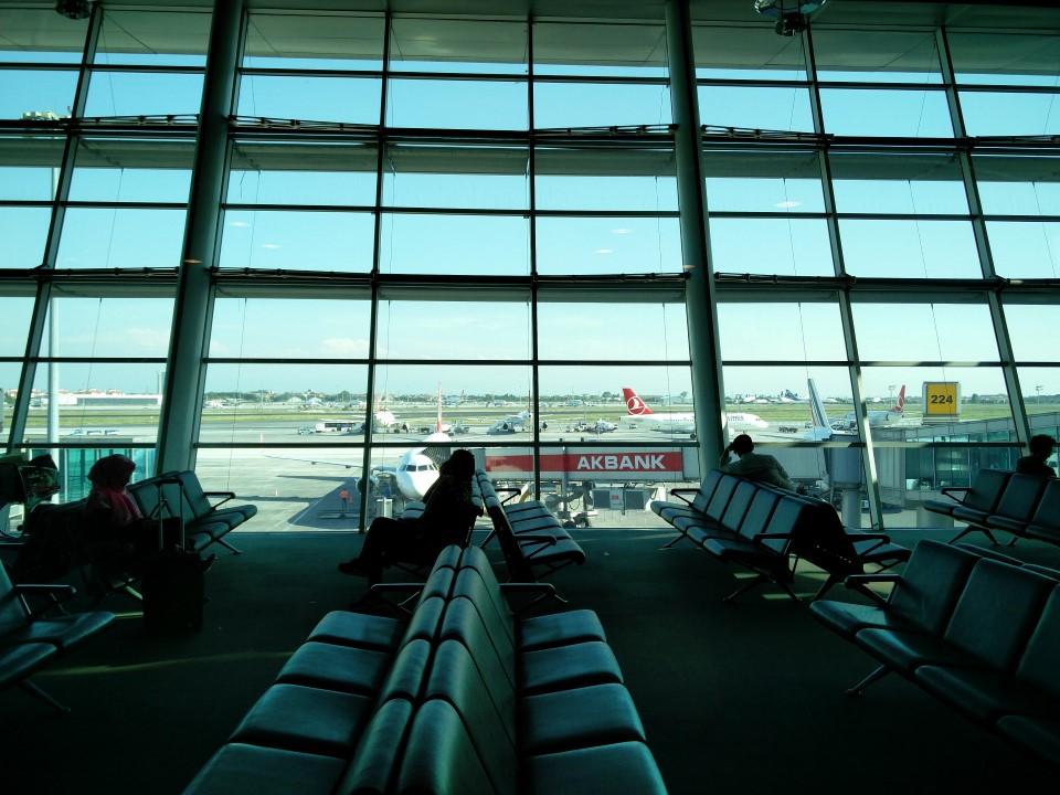 Накопитель у гейта в аэропорту Стамбул Ататюрк