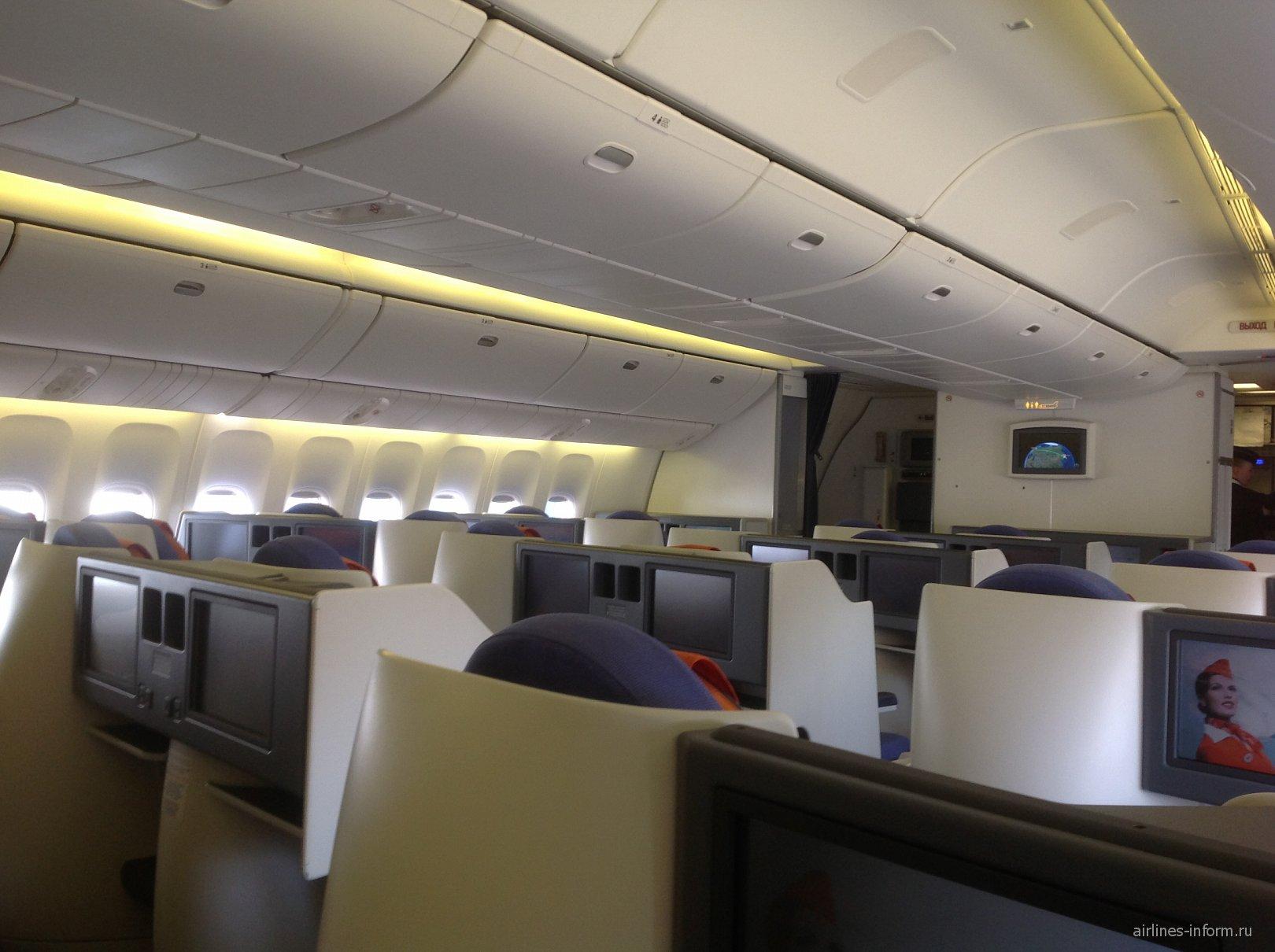 Салон бизнес-класса в самолете Боинг-777-300 Аэрофлота