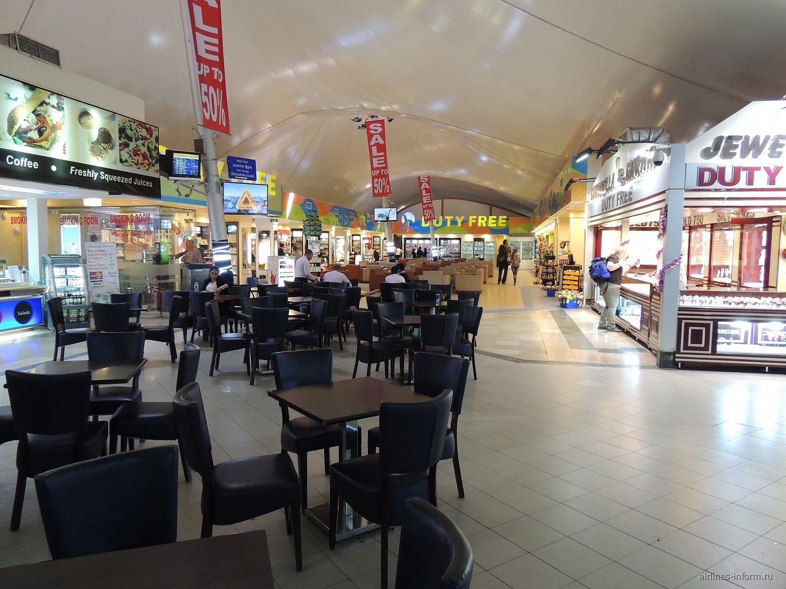 Магазины и кафе в чистой зоне терминала 2 аэропорта Хургада
