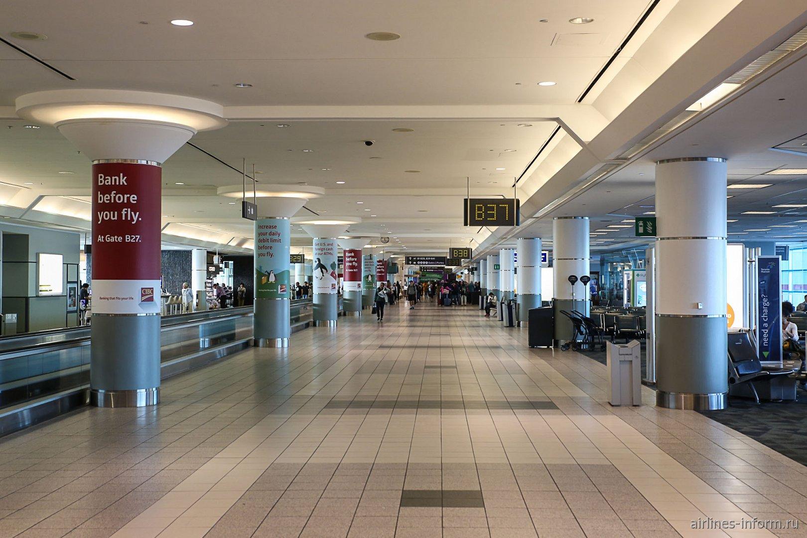 в чистой зоне терминала 3 аэропорта Торонто Пирсон