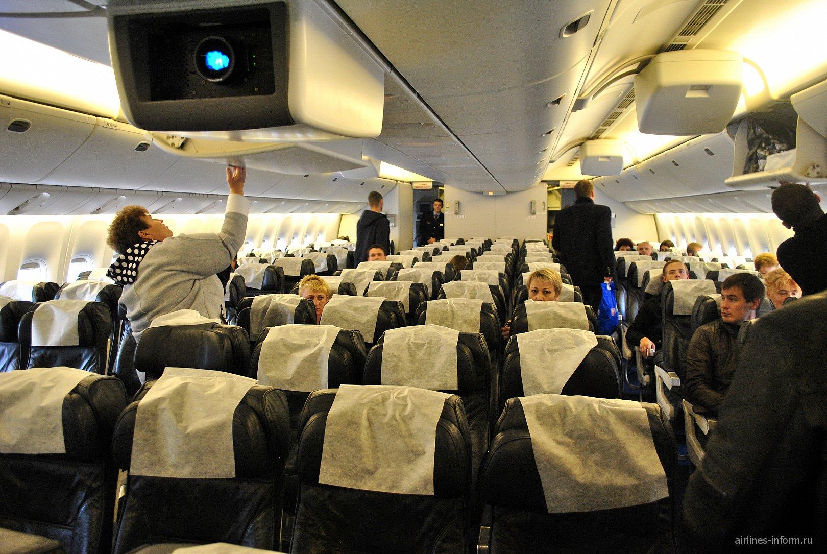 Пассажирский салон самолета Боинг-777-200 авиакомпании Orenair