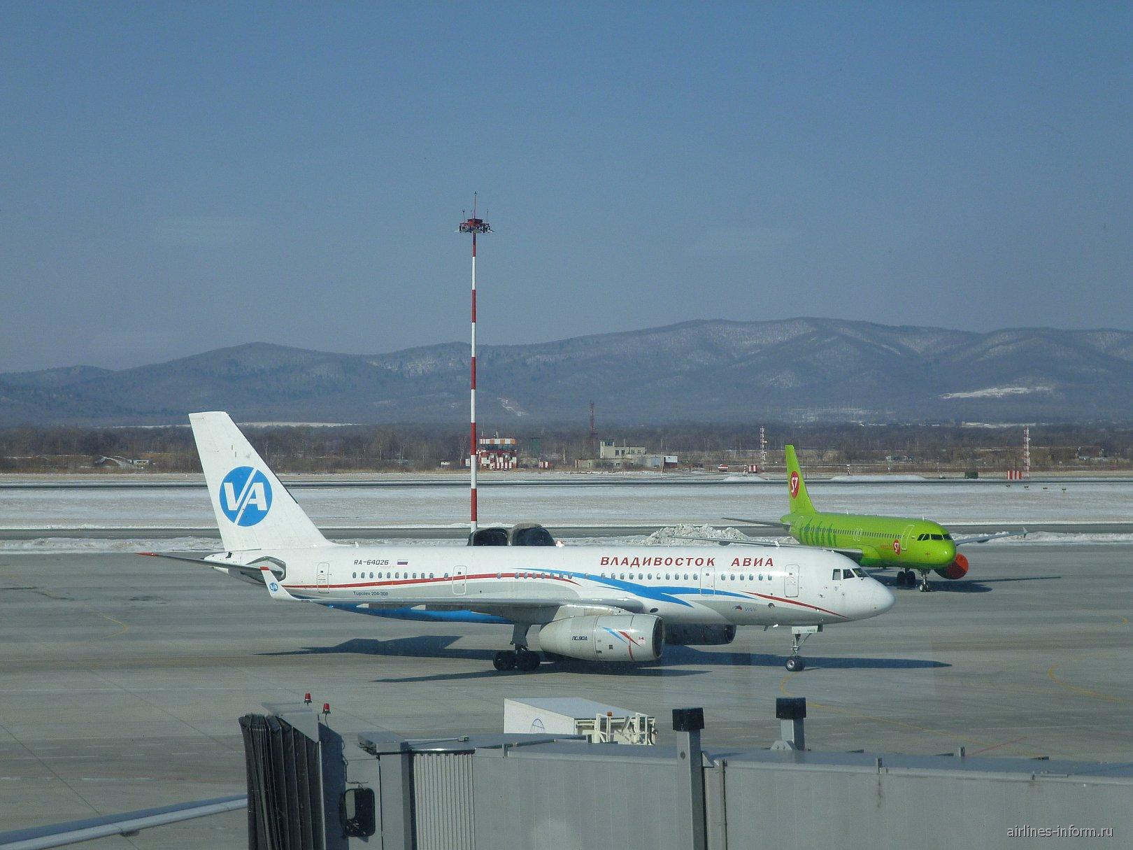 Самолет Ту-204-300 в аэропорту Владивостока