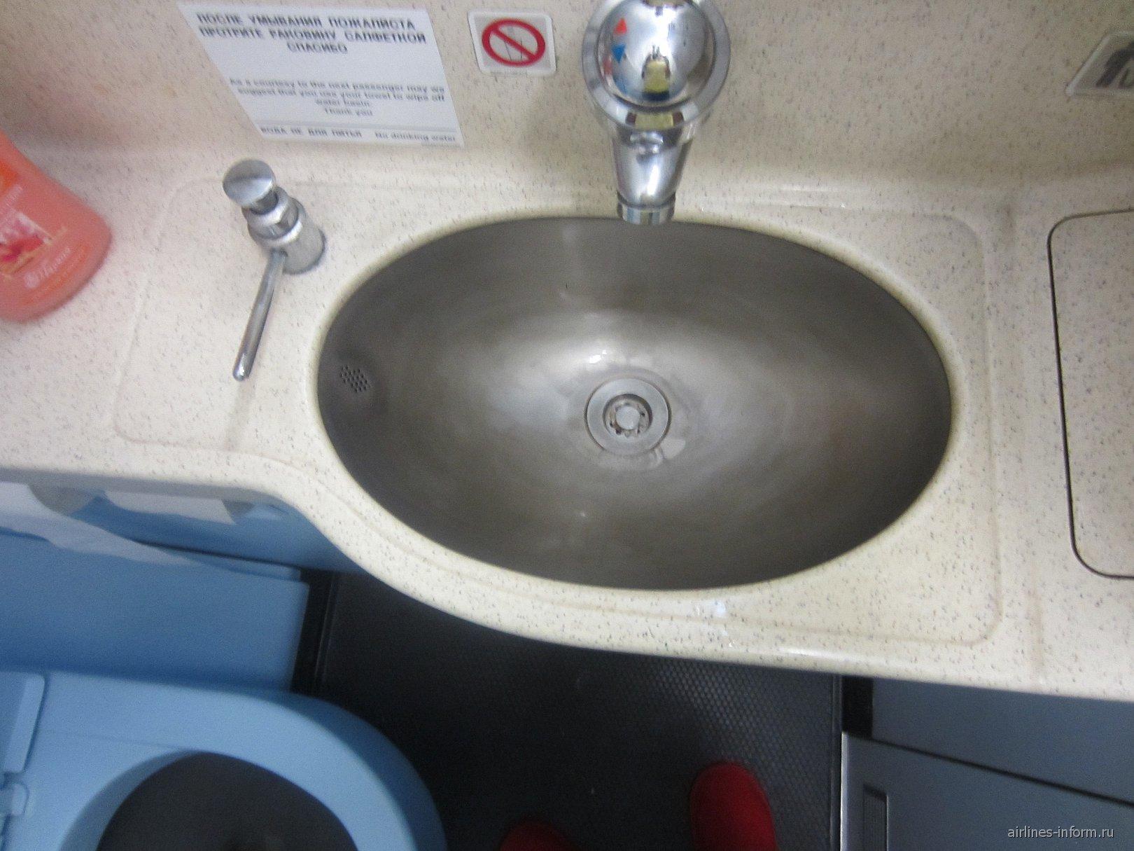 Туалет в самолете Эрбас А-320 Уральских авиалиний
