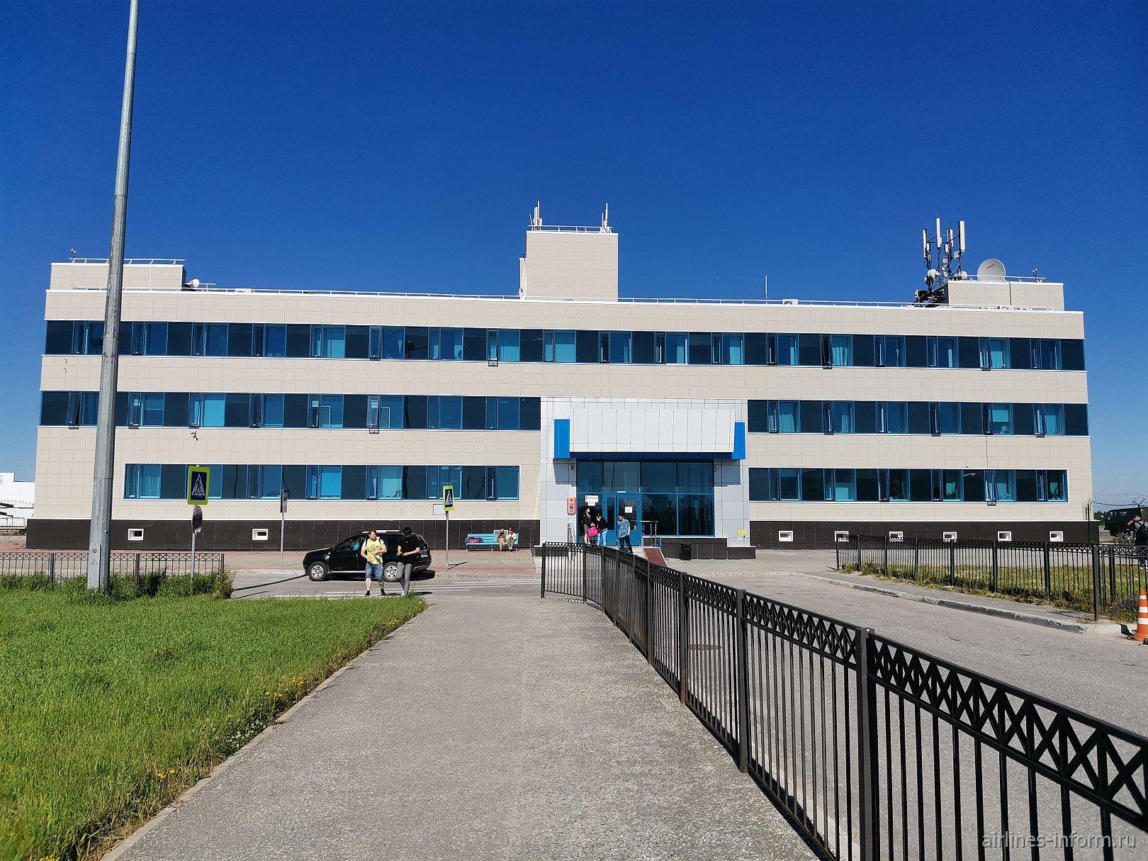 Вид с привокзальной площади на аэровокзал аэропорта Нарьян-Мар