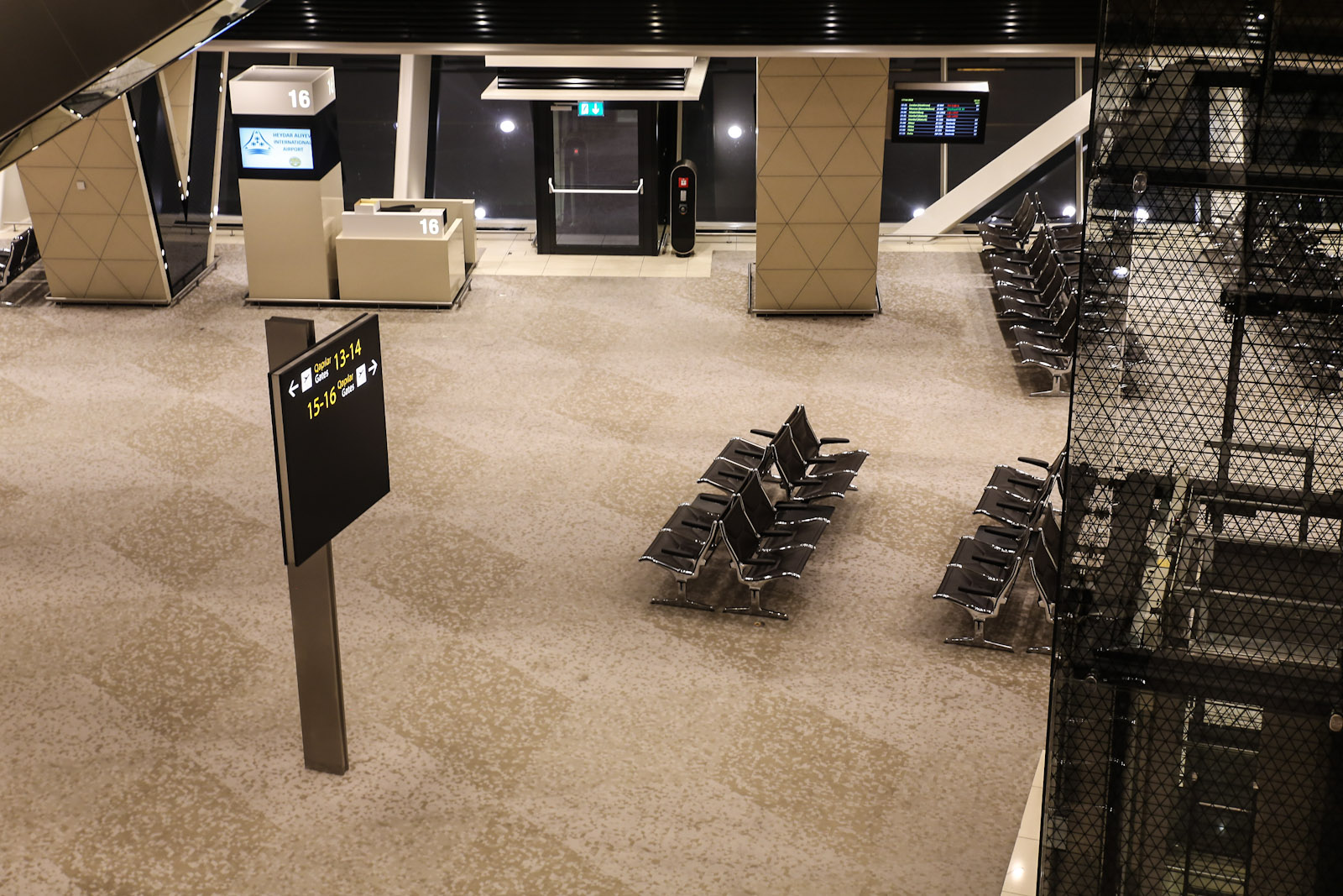 Выход на посадку в терминале 1 аэропорта Баку