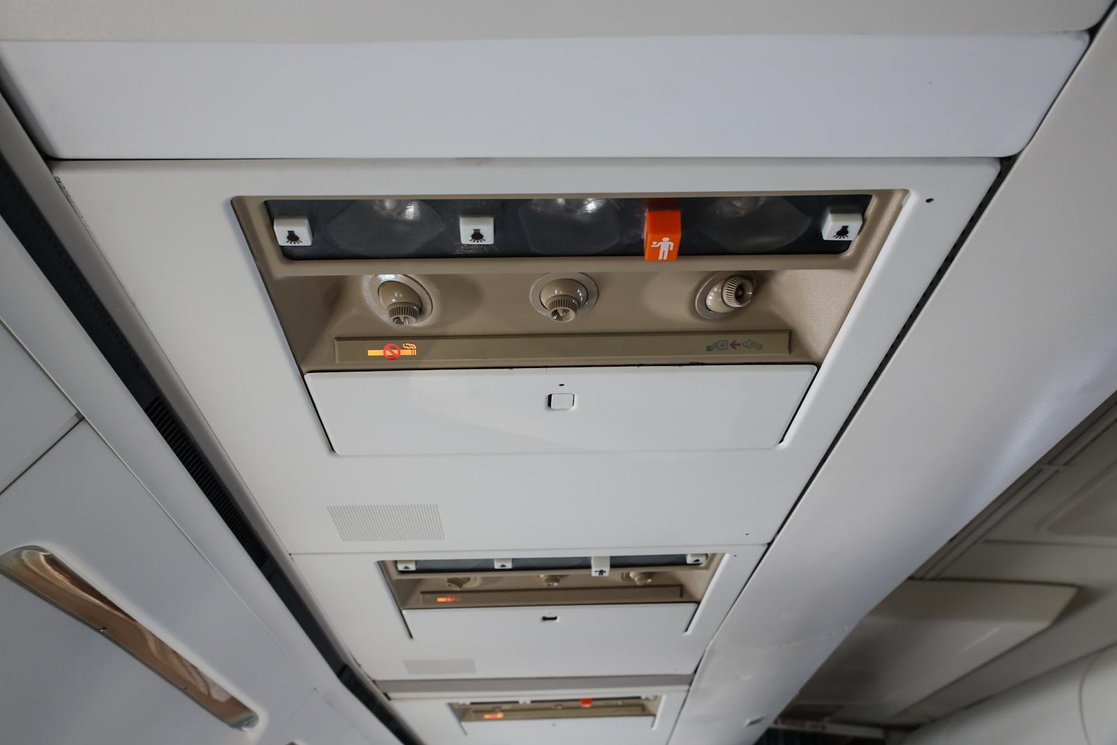 Панель над пассажирским креслом в самолете Боинг-737-300 авиакомпании Bulgaria Air