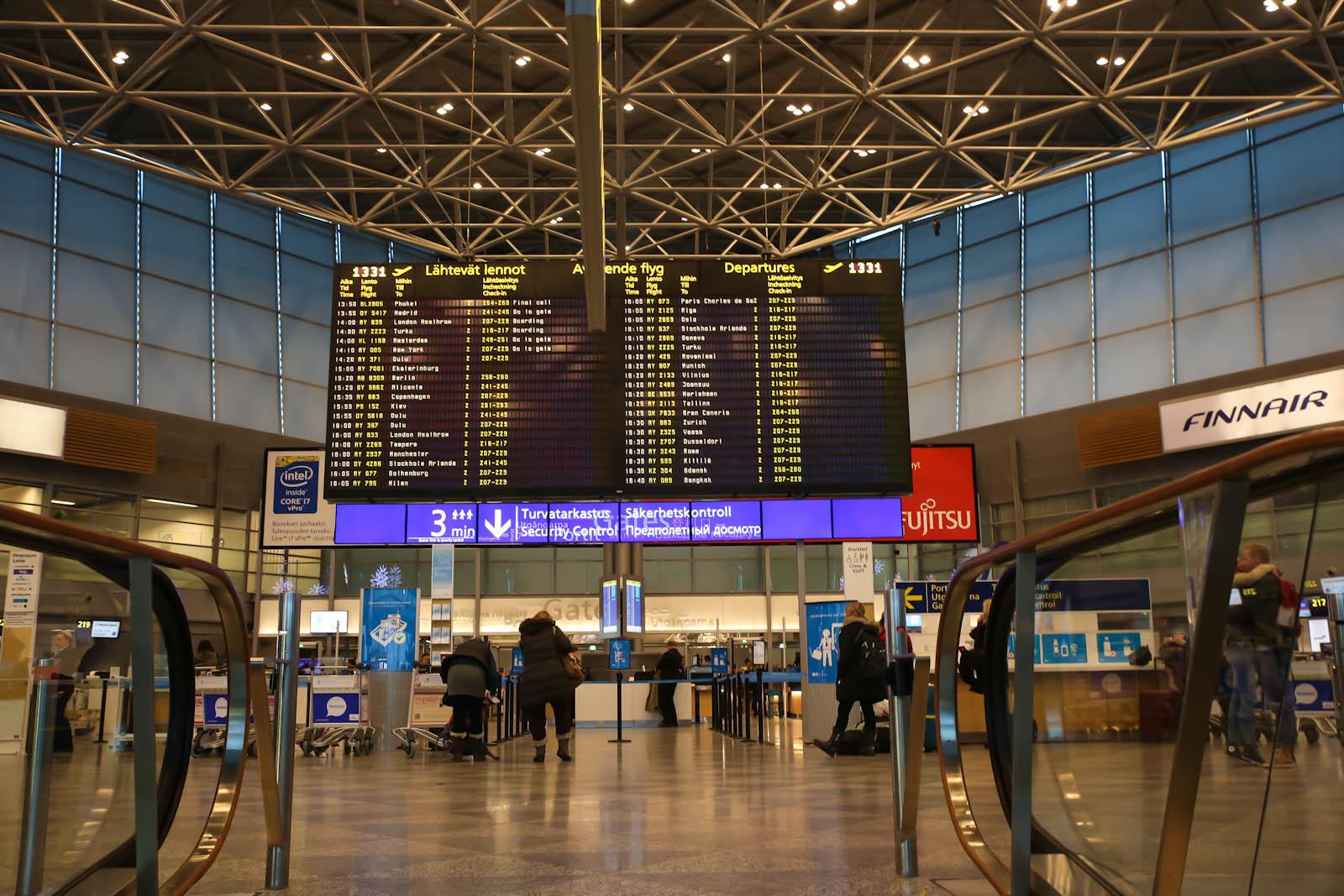 Большое табло вылетающих рейсов в Терминале 2 аэропорта Хельсинки Вантаа