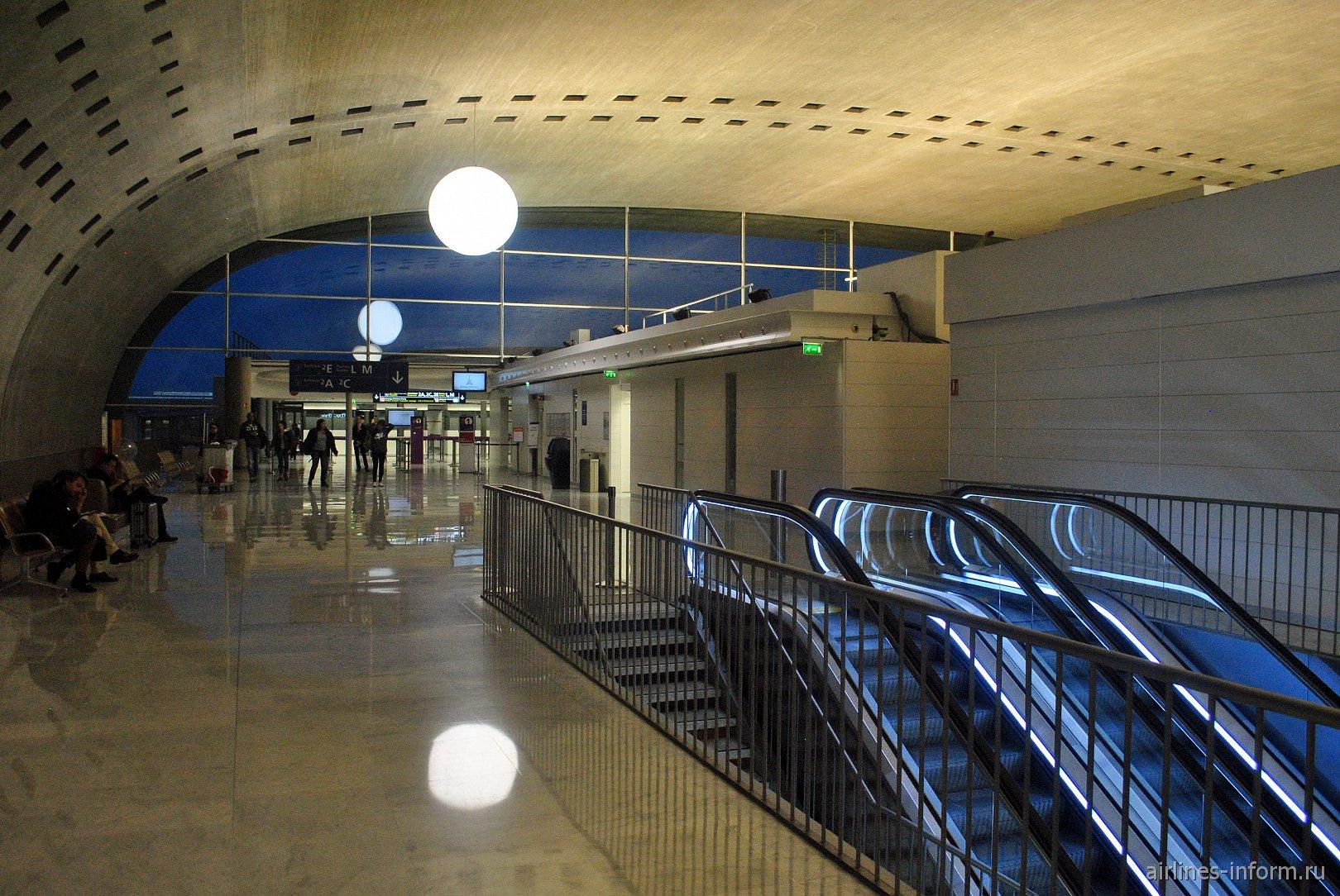 Торец  центральной части конкорса 2F аэропорта Париж Шарль-де-Голль