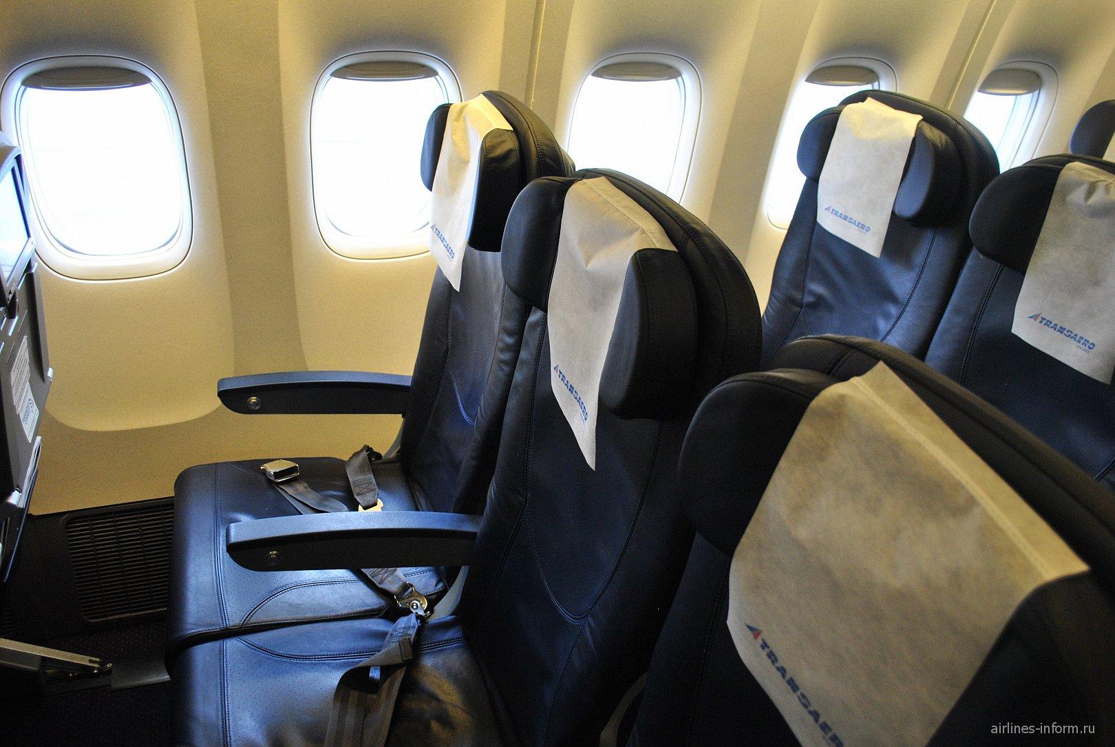 Пассажирское кресло эконом-класса в самолете Боинг-777-300 Трансаэро