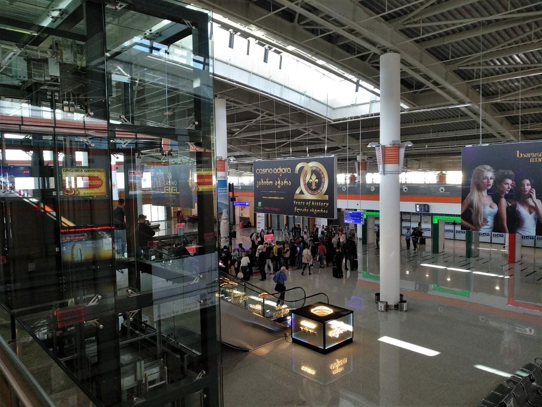 В зоне выдачи багажа аэропорта Тбилиси