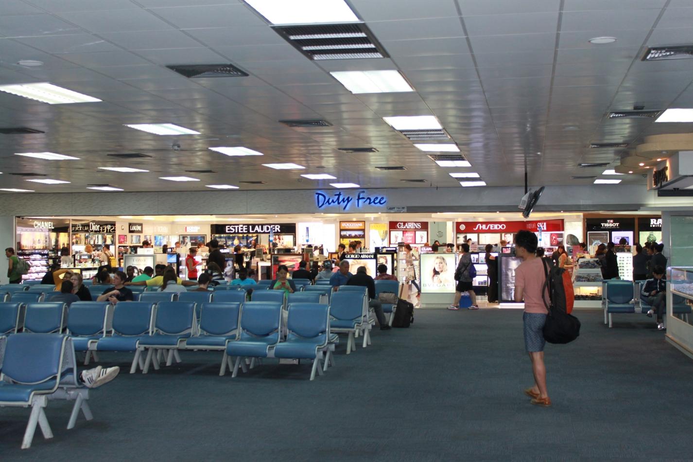 Зал ожидания и магазин Duty-Free в чистой зоне аэропорта Пхукет