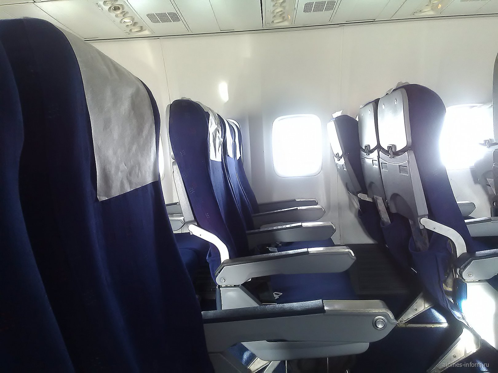 Пассажирские кресла в самолете Боинг-737-800 Оренбургских авиалиний